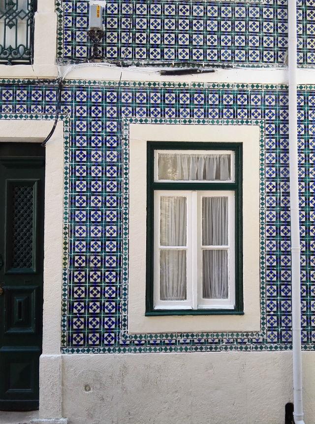 Lisszabon nevezetességei közé tartoznak az azulejos házak