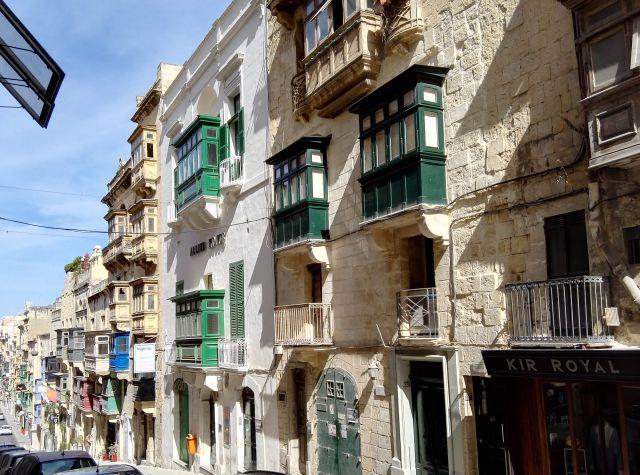 Málta híres különleges zárt erkélyeiről