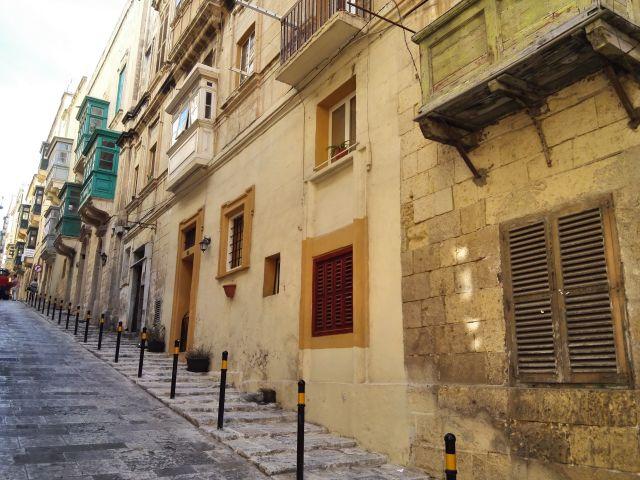 Málta hangulatos utcáin az uralkodó szín a sárga