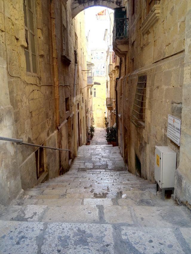 Macskaköves kis utca Málta fővárosában, Vallettában