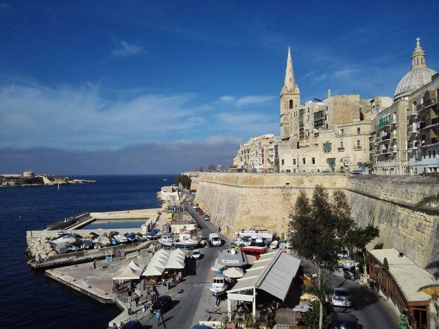 Panoráma Málta fővárosának egyik kikötőjére
