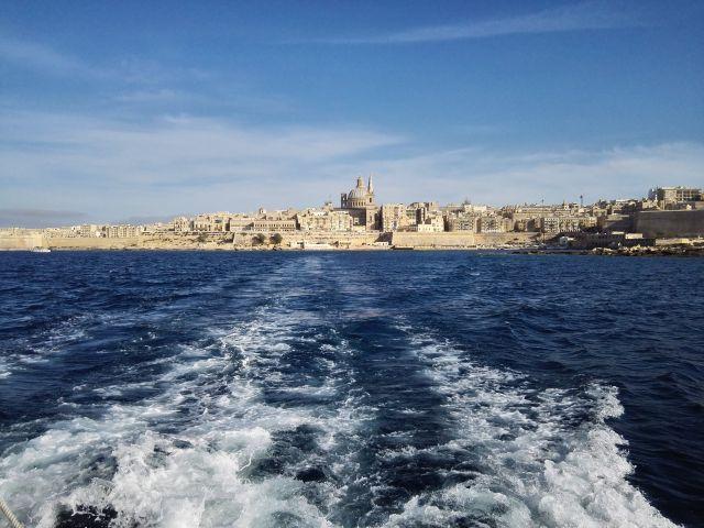 Csodálatos panoráma a máltai fővárosból induló hajóról