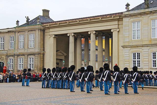 Koppenhága, őrségváltás az Amalienborg palotánál
