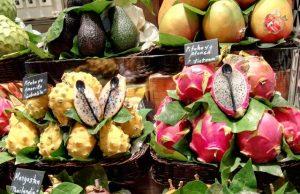 Különleges trópusi gyümölcsök a barcelonai La Boqueria piacon