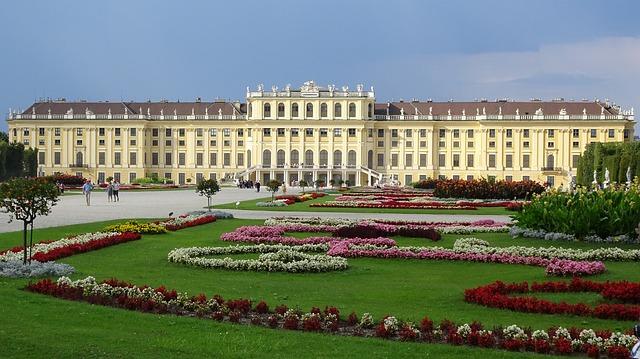 A kastély virágos parkja