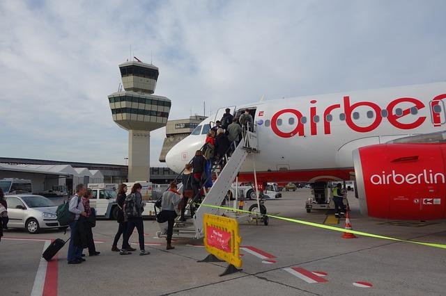 Repülőgépbe beszállás kézipoggyásszal fedetlen lépcsőről