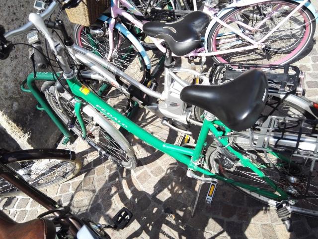Pihennek a bérelt biciklik