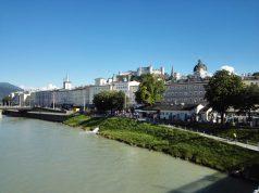 Panoráma a Salzach folyó hídjáról