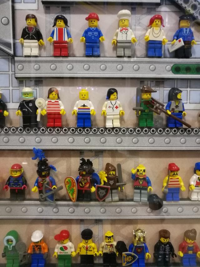 Lego emberkék a gyárban