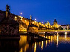 A Károly híd esti kivilágításban