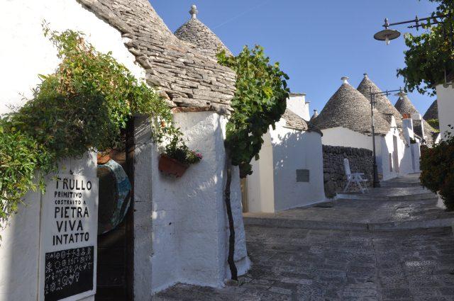 Alberobello hangulatos utcáinak egyike