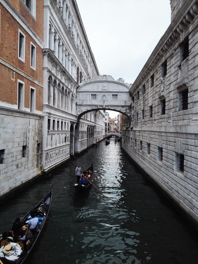 Csatorna Velencében gondolákkal