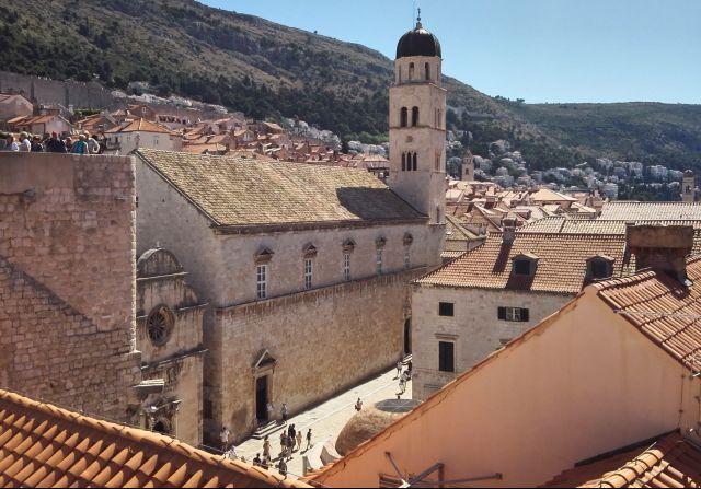 A ferences kolostor épülete