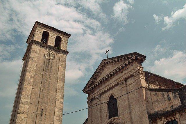 A Pulai katedrális és a harangtorony