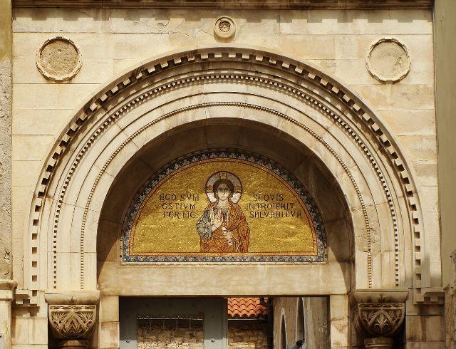 A bazilika előtti mozaik