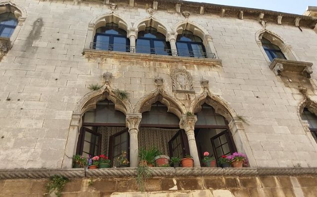 Parisi-Gonan palota gyönyörű ablakai