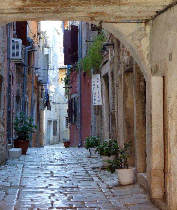 Rovinj óvárosi szűk utcáin