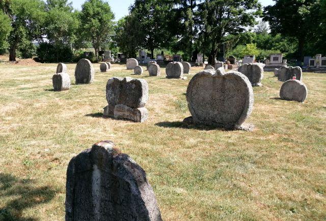 Udvari szív alakú sírkövek