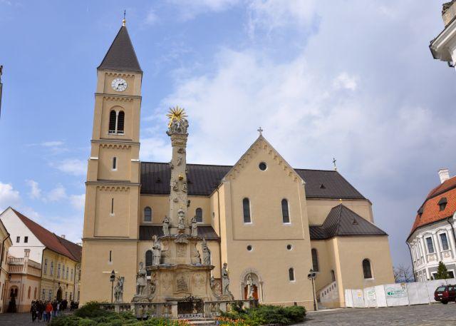 A Szentháromság szobor a Veszprémi várban