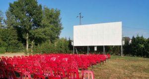 Csopak kertmozi piros székekkel